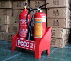 Bình chữa cháy khí CO2 là thiết bị PCCC Đà Nẵng thường được dùng để dập các đám cháy thiết bị điện tử, đồ vật quý hoặc thực phẩm vì khi phun không lưu lại chất chữa cháy (CO2) trên vật cháy nên không làm hư hỏng thêm vật. Bình loại này thích hợp cho các đám cháy buồng, phòng, hầm, nơi kín khuất gió, kém hiệu quả với đám cháy ngoài trời hay nơi thoáng gió vì CO2 khuyếch tán nhanh trong không khí. http://pccctoantienphat.vn/sanpham/