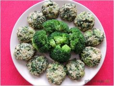 Kotleciki jaglane z brokułem i nacią marchewki