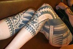 Tatuagens maoris nas pernas