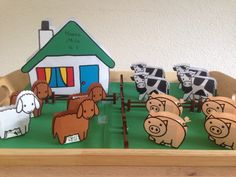 Boerderij-traktatie: gezonde traktatie voor de eerste verjaardag op het kinderdagverblijf. In de diertjes zit een doosje rozijntjes, in de boerderij (natuurlijk) boerderij-drop voor de juffen.