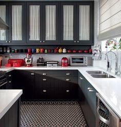 Cozinha   Os armários foram desenhados pelo Ouriço Arquitetura e receberam laca no tom Sayerlack M157. Na parte interna, o charme da cambraia de linho branca dá leveza ao visual. O piso parece ladrilho hidráulico, mas é cerâmico, padrão Terrades Basalto,  (Foto: Foto: André Nazareth/Divulgação)