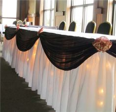 Simple but beautiful head table decoration.