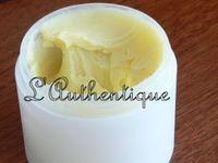 """L'Authentique: Pommade """"vicks"""" Ingrédient: 125 ml Huile végétal ( olive, pépins de raisin ou autre) 15 ml de cire d'abeille rapée 20 gouttes Huile essentielle d'eucalyptus 20 gouttes Huile essentielle bois de rose Préparation: -Fondre doucement la cire d'abeille au bain marie. -Ajouter lentement l'huile végétale en mélangeant. -Retirer du feu et continuer de mélanger jusqu'à ce que le mélange soit tiède mais encore liquide. -Ajouter les huiles essentielles en remuant. -Laisser refroidir"""