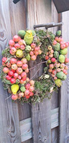 Herfstkrans Apple Harvest, Harvest Time, Deco Table, Silk Flowers, Apples, Floral Arrangements, Floral Design, Wreaths, Home Decor