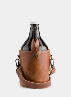 """Les growlers sont des jarres en verre, réutilisables qui peuvent contenir jusqu'à 1,9L. de bière """"en vrac""""."""