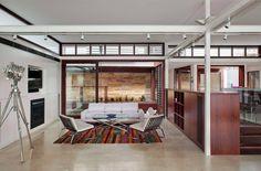 Una lujosa cocina con una vista espectacular por by CplusC Architectural Workshop.  Fotos de: Murray Fredericks