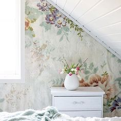 Doesn't matter where. Kitchen, kids room, hallway, bedroom... the wallpaper Blo looks stunning everywhere! Here in the beautiful bedroom of @rammealvor Se the wallpaper here: http://www.mrperswall.com/wall-murals/blossom-p162101-8