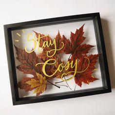 """Noëlie   Calligraphique sur Instagram: """"Stay cosy"""", le mantra à se répéter pour survivre au mois de novembre 🍁 ... J'ai profité d'un vieux cadre inutilisé pour """"presser"""" des… Lettering, Diy, Mantra, Frame, Instagram, Home Decor, Inspiration, November Month, Fall"""