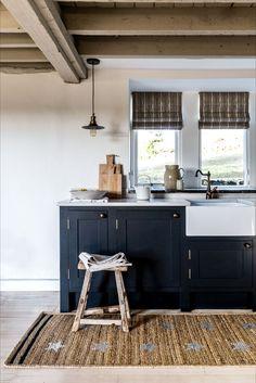 20 stunning dark kitchen ideas From flooring to cabinets and dark paint ideas. Life Kitchen, Kitchen Larder, Kitchen On A Budget, Kitchen Size, Navy Kitchen, Kitchen Cabinets, Smart Kitchen, Kitchen Small, Rustic Kitchen