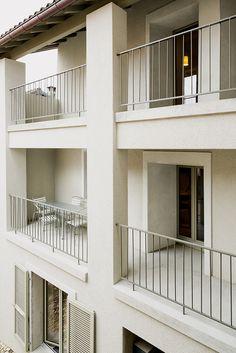 Haus in Monte Castel San Pietro, Tessin, Schweiz (Sergison Bates architects) Modern Stair Railing, Balcony Railing Design, Beautiful Architecture, Architecture Design, Facade Design, House Design, Arch Building, Balcony Grill, Concrete Facade
