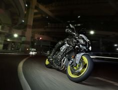 2016-Yamaha-MT-10-action-11