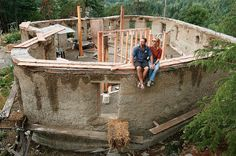 Cob alone has excellent thermal mass. But it is not the best at insulation, and eventually the heat or cold from one side will arrive at the other side. So in extreme climates pure cob should not be the only material you use. Strawbale and other lighter, Cob Building, Green Building, Building A House, Eco Casas, Earth Bag Homes, Earthship Home, Tadelakt, Natural Homes, Natural Building