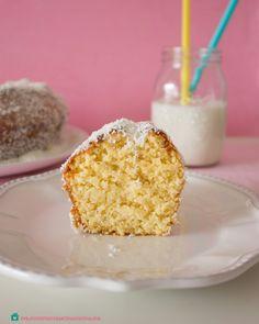 Bolinho de Coco Cremoso - Creamy Cocunut Cake. (www.noconfortodaminhacozinha.com)