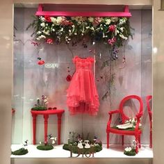 (A través de CASA REINAL) DIOR | Paris. Visual Merchandising. Retail store window display. Women's clothing / accessories. Pink. Red.