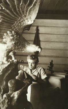 James Dean écoute d'un enregistrement de son compositeur préféré, Bela Bartok, dans sa maison à North Hollywood, 1955.