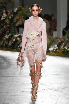 Vogue Fashion, Runway Fashion, Fashion News, Fashion Show, Womens Fashion, Fashion Trends, Italian Fashion Designers, Casual Street Style, Fashion Addict