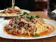 spaghetti con salsa de tomate y carne + albahaca | by pablovenegas