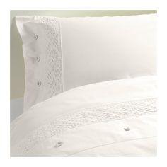 IKEA - EMMIE SPETS, Pussilakana + 1 tyynyliina, , Perkaalipuuvillaa, joka on hienosta ja ohuesta langasta tiheästi kudottua. Vuodevaatteet tuntuvat mukavan vilpoisilta ihoa vasten.Ohuesta ja laadukkaasta langasta tiiviisti kudotun puuvillan ansiosta vuodevaatteet ovat pehmeitä ja kestäviä.Koristeellisten, kangaspäällysteisten nappien ansiosta peitto ja tyyny pysyvät hyvin paikoillaan.