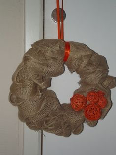 Krans: krans (piepschuim) bekleden met jute, vastzetten met krammetjes.
