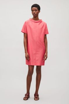 Designed with a narrow, folded collar, this dress is made from lightweight cotton and silk blend with a tactile, woven finish. A loose, oversized fit, it is completed with casual in-seam side pockets and short kimono sleeves.
