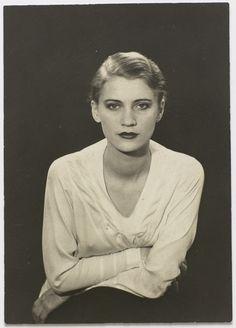 Lee Miller (1907-1977) est une photographe américaine et un modèle. En 1929, elle quitte l'Amérique pour Paris et fait la connaissance de Man Ray avec qui elle vit et auprès de qui elle apprend le métier de photographe. En 1930, elle s'établit à son compte. Elle interprète le rôle de la statue dans le film de Jean Cocteau Le Sang d'un poète. Lee Miller quitte Man Ray et revient à New York en 1932 où elle ouvre son propre studio. Photo Man Ray, 1929.