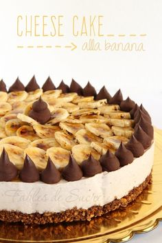 Questa cheesecake alla banana dal fondo particolare fatto di corn flakes, muesli e burro di arachidi vi stupirà per la sua incredibile bontà e gusto unico