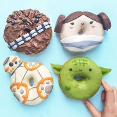 "Omg and yum! Check out these ""too cute to eat"" donuts! Thank you for letting us share your photo. Star Donuts, Mini Doughnuts, Cute Donuts, Cute Snacks, Cute Desserts, Cute Food, Star Wars Food, Star Wars Cake, Disney Snacks"