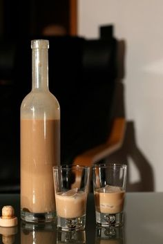 Something good to sip on? Make your own cream liqueur (baileys-st … – Tables and desk ideas Drinks Alcohol Recipes, Yummy Drinks, Alcoholic Drinks, Cocktails, Beverages, Baileys Drinks, Berry Juice, Cream Liqueur, Drink Table