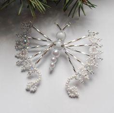Vánoční motýl  stříbrný Beaded Christmas Ornaments, Christmas Angels, Handmade Christmas, Christmas Crafts, Beaded Jewelry Patterns, Beading Patterns, Seed Bead Art, Beaded Ornament Covers, Pearl Decorations