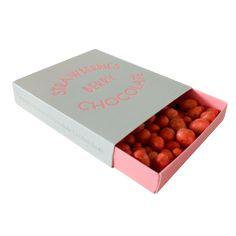 Strawberries Berry chokolate. Sublime, frysetørrede jordbær! Det alsidige bær er en ultimativ smagsgiver, når det kombineres med fin lys chokolade. Jordbær kan prale af at være spækket med antioxidanter og har derudover virksomme anti-inflammatoriske egenskaber.