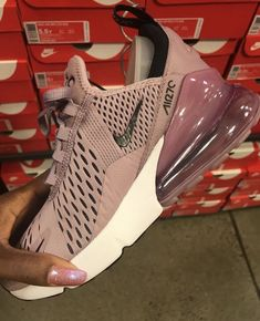 It's important to choose the correct women's sneakers when using them for different activities. Read more to learn how to choose the right women's sneakers. Nike Sportswear, Best Sneakers, Sneakers Fashion, Sneakers Nike, Sneakers Design, Cute Shoes, Me Too Shoes, Shoes Uk, Souliers Nike