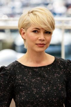 Short-Hair Fringe: Michelle Williams Short-haired ladies look sweet with bangs that are the longest part of the cut, says Monzon. Michelle Williams' pixie (RIP) is the perfect example. Fringe Hairstyles, Pixie Hairstyles, Celebrity Hairstyles, Hairstyles With Bangs, Pretty Hairstyles, Pixie Haircut, Haircuts, Pixie Cut Mit Pony, Pixie Cut Blond