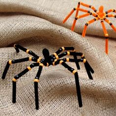 Fun halloween craft for kids... spooky spiders! :)  Easy tutorial, using pipe cleaners and pony beads.