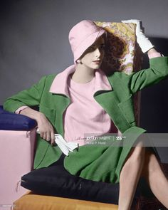 Model in pink and green suit ensemble by Norman Norell, photo by Horst, Vogue, March 1961 80s And 90s Fashion, 1960s Fashion, Vintage Fashion, Look Vintage, Vintage Vogue, Paolo Roversi, Style Année 60, Retro Mode, Green Suit
