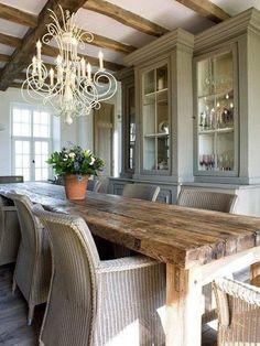 Rustik dekorasyonda doğal ahşap masa