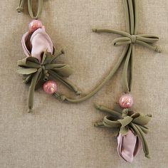 Cartamodello e guida alla realizzazione della Collana della Fioraia Pazza, una collana romantica ed elegante.