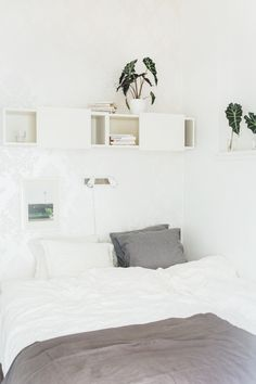 Home tour in Stockholm.A tiny place looking incredible big. (See more by clicking onto the post) Bedroom Setup, Home Bedroom, Scandinavian Loft, Single Bedroom, Compact Living, White Rooms, New Room, Small Living, Interior Inspiration