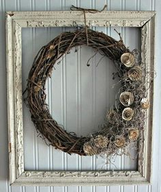 Old picture frames are the perfect way to decorate your home. Old picture frames are the perfect way to decorate Cute Picture Frames, Picture Frame Wreath, Picture Frame Crafts, Vintage Picture Frames, Vintage Frames, Picture Frame Decorating Ideas, Mom Picture, Decor Ideas, Old Frames