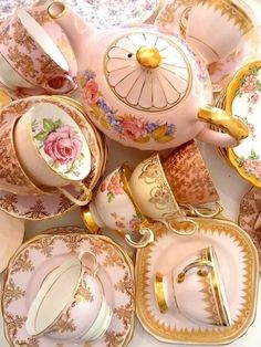 Vintage tea set - This pin is only a picture, it's more inspiration. I don't really want it to be a prefect set of matching cups, just some pretty china. Vintage Dishes, Vintage China, Vintage Teacups, Vintage Floral, Vintage Table, Tea Cup Saucer, Tea Cups, Café Chocolate, Party Set
