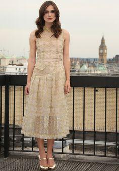 Keira Knightley con un vestido midi bordado en nude y dorado de Simone Rocha colección Otoño 2014
