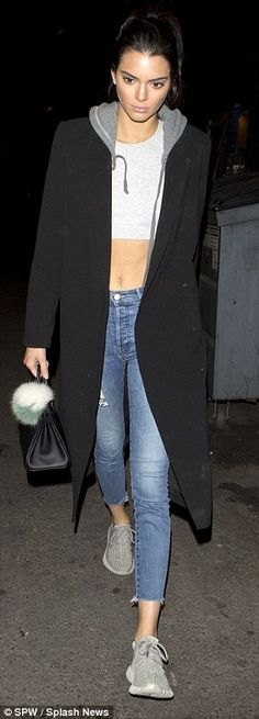 Kendall & Kylie Jenner style and news Kendall Jenner Outfits, Kendall And Kylie Jenner, Outing Outfit, Student Fashion, Star Fashion, Fall Fashion, High Fashion, Jeans Style, Her Style
