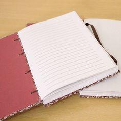 Caderno com papel reciclado pautado. 📓📖 #caderno #cadernos #cadernopautado #cadernosartesanais #papelaria #feitoàmão #encadernaçãomanualartística #coptafrancesa #produtosatesanais  #bookbinding #notebooks #stationery #handmade #handbooks #crafts