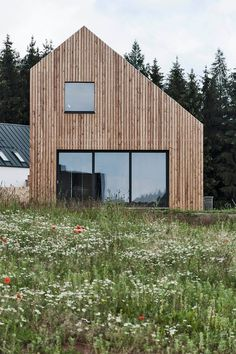 atelier POVĚTROŇ - Family houseatelier POVĚTROŇ - Family house WHAT IS ROOF CLADDING? Rooftop cladding includes the use of a waterproof layer which is basically introduced to antici. Scandinavian Architecture, Wood Architecture, Minimalist Architecture, Roof Cladding, House Cladding, Modern Tiny House, House Roof, Bungalows, House In The Woods
