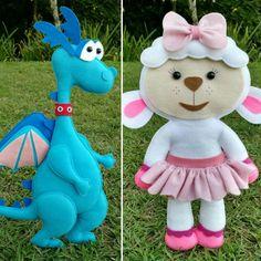 Kit Doutora Brinquedos em feltro com 5 (cinco) personagens, sendo: Doutora Brinquedos, Hallie, Stuffy, Gelinho e Lambie com 30 centímetros de altura.    Obs.: Acompanha suporte em MDF cru para manter os personagens em pé.