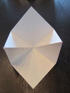 Vouwkaart open.    Vouwkaart dicht.   ZO maak je het:       Neem 2 stukken karton van 13,5 X 13,5 cm.  Vouw het karton dubbel, weer open... Fun Fold Cards, Folded Cards, Diy Birthday, Birthday Cards, Diy And Crafts, Paper Crafts, Exploding Boxes, Explosion Box, Card Patterns