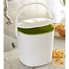 OXO Good Grips Compost Bin - From Lakeland kitchen accesories Rustic Kitchen, Diy Kitchen, Vintage Kitchen, Kitchen Ideas, Compost Container, Kitchen Waste, Green Technology, Container Design, Elegant Kitchens