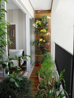 Decoração varanda pequena. Varanda pequena com jardim vertical. Confira ideias no blog!