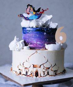 One Week Friends Live Action Jasmine Birthday Cake, Disney Themed Cakes, Disney Princess Cakes, Princess Jasmine Cake, Aladdin Et Jasmine, Jasmin Party, Aladdin Cake, Rapunzel Cake, Crown Cake