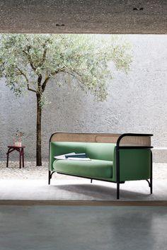La collection d'assises rembourrées Wiener GTV Design propose une nouvelle idée de confort signée GamFratesi, le duo de designers italo-danois, composés de Stine Gam et Enrico Fratesi. TARGA est une famille constituée d'un élégant canapé deux places et d'un petit fauteuil, des éléments parfaits pour les espaces professionnels destinés à des rapports sociaux plus intimes…