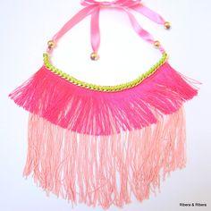 Collar babero flecos en tonos rosas